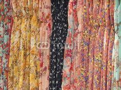 Bunte Sommerkleider mit Mustern auf dem Basar in Istanbul Erenköy im Stadtteil Sahrayicedit in der Türkei