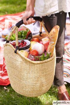 Большая корзина с продуктами для пикника