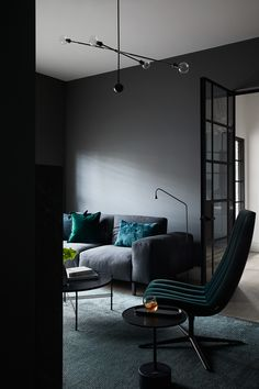 This Californian bungalow located in Kew perfectly blends the features of its roots with a sleek and modern contemporary update by Mim Design. Mim Design, Deco Design, Home Living Room, Living Room Decor, Bedroom Decor, Charcoal Walls, Sala Grande, Mid Century Bedroom, Interior Architecture