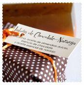 JABÓN DE CHOCOLATE Y NARANJA  Jabón de 170 gr. (aproximadamente)  Ingredientes: Glicerina, aceite de almendras dulces, aceite esencial de naranja y esencia de chocolate.  Para frescas.