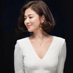 SongHyeKyo 송혜교 #宋慧乔 /Chaumet / 쇼메 (instargram . com. pic) Korean Beauty, Asian Beauty, Medium Hair Styles, Short Hair Styles, Hair Design, Business Hairstyles, Song Hye Kyo, Korean Actresses, Girl Photography Poses