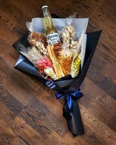 Food bouquet, man bouquet, bouquet for men, ideas san valentin, cute gifts Diy Valentines Day Gifts For Him, Diy Gifts For Dad, Diy Gifts For Friends, Valentines Diy, Friends Mom, Diy Presents, Gift For Man, Valentine Gift Baskets, Husband Gifts