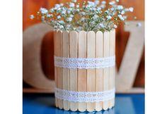 Junte muitos palitos de picolé para decorar um vaso de flores (Fotos: Reprodução/Pinterest)