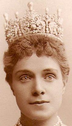 Pearl & Diamond Tiara worn by Infanta Eulalia of Spain, La Infanta Eulalia era la hija menor de la Reina Isabel II. Como parte de una promesa que le había hecho al difunto rey Alfonso XII, la infanta se casó en contra de su voluntad y por razones de Estado, el 6 de marzo de 1886 en Madrid con su primo carnal, Antonio de Orleans y Borbón, futuro duque de Galliera, hijo de Antonio de Orleáns, duque de Montpensier y de la infanta Luisa Fernanda de Borbón, y nieto del rey Luis Felipe de…