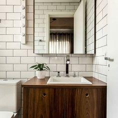 O 'subway tile' é o queridinho do momento daqueles que querem um projeto mais descolado. E que tal usá-lo com rejunte preto? ❤ eu acho lindo e fica super moderninho, né?  Esse banheiro maravilhoso é do @apartamento.33!  #decoraçãopravocê #banheirodpv