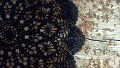 Čierna háčkovaná dečka je zaujímavá nielen svoju farbou, ale i premysleným vzorom, ktorý pripomína vytráž katedrálneho okna. Ja mám v pláne pripevniť dečku na plátno a zavesiť na stenu. Ak sa vám čierna háčkovaná dečka páči, v článku nájdete schému na jej háčkovanie.  http://www.hackovanie.eu/cierna-hackovana-decka/