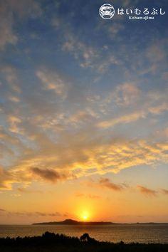 ここ数日、晴天に恵まれている八重山諸島。  朝焼けに浮かび上がる小浜島のシルエット。  昨日の朝、西表島から撮影。