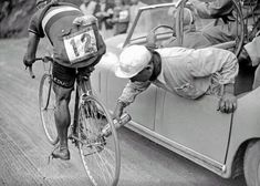 The mechanic lubricates the chain of the Italian cyclist Gino Sciardis during the 1949 Tour de France. Sciardis is riding FB hubs of course! Velo Retro, Velo Vintage, Vintage Cycles, Vintage Bikes, Cycling Art, Road Cycling, Cycling Bikes, Roubaix, Bicycles