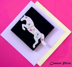 Spilla a forma di cavallo. Lamina plastica monocromata e brillantini, su supporto metallico; cm 6,5 x 7,5.  http://www.ebay.it/usr/camerapicta-art