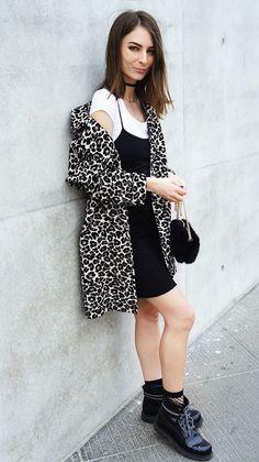 Street style look camiseta branca, vestido slip dress preto, camiseta branca e coturno.