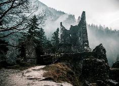 Abandoned Castle Ruins in the Forest By Ales Krivec High Fantasy, Fantasy World, Abandoned Castles, Abandoned Places, Abandoned Mansions, Solas Dragon Age, Jm Barrie, Yennefer Of Vengerberg, Image Blog