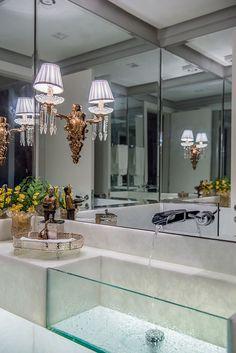 Lavabo com bancada de mármore, cuba de vidro e torneira de parede. Projeto: Caroline Kreling