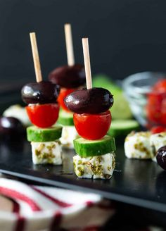 File away these easy Greek Salad Skewers for your next party. These make-ahead, delicious appetizers are fresh, colorful and gluten-free! appetizers make ahead Greek Salad Skewers - Garnish with Lemon Greek Appetizers, Skewer Appetizers, Gluten Free Appetizers, Appetizers For A Crowd, Healthy Appetizers, Delicious Appetizers, Easy Canapes, Gluten Free Party Food, Easy Make Ahead Appetizers