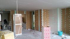 Olohuoneen seinät nauhoitettu.