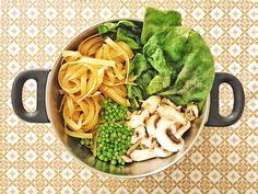 Recette végétarienne hyper facile du fameux One Pot Pasta !  (tagliatelles, champignons, épinards frais, petits pois)