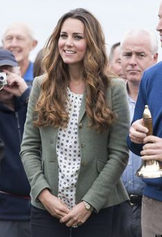 Kate Middleton Is Queen Of Wearing Affordable Brands Kate Middleton is the queen of high-low dressing. The Duchess white frequently wears main street brands such as Gap and Zara. Read on to see all the times that Kate Middleton wears affordable brands. Prince William And Kate, William Kate, Duke And Duchess, Duchess Of Cambridge, Street Brands, Kate Middleton Style, Princess Kate, Famous Faces, Smart Casual