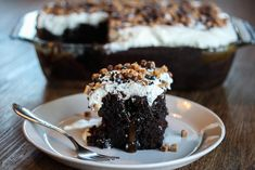 Amerikansk sjokoladedrøm – Poke Cake med karamell Breakfast, Desserts, Food, Cup Cakes, Breads, Caramel, Morning Coffee, Tailgate Desserts, Bread Rolls