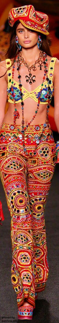 Moschino Resort Collection by Linka Crosby Catwalk Fashion, Fashion 2017, Boho Fashion, Womens Fashion, Fashion Design, Bohemian Style, Boho Chic, Bikinis Crochet, Crochet Fashion