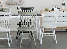 Målade stolar i olika kulörer kan ge ett vitt rum en färgklick. Här ser man kulörerna NSC S0500-N (vit), NCS S9000-N (svart), Nordsjö Dusky Le Havre (grön).