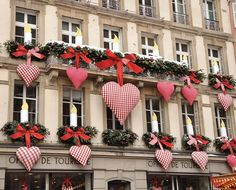 Office de Tourisme, Paris -- Valentine's day in Paris -- I would love to be there when it's decorated like this. Valentines Day Decorations, Valentine Crafts, Happy Valentines Day, Christmas Decorations, Holiday Decor, Heart Decorations, Valentines Day Decor Outdoor, Valentine Flowers, Heart Day