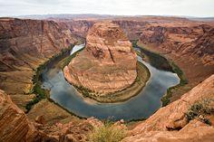 Le grand canyon, Colorado, USA. Définitivement, il est l'une des plus belles merveilles du monde naturel. Ses nuances de couleurs varient en permanence du matin au soir. Le Grand Canyon est une immense brèche traversant le paysage au Nord-ouest de l'Arizona sur plus de 400 km. Il est creusé par le fleuve Colorado qui est à lui seul un des plus bels exemples de la force tranquille qui caractérise la nature.