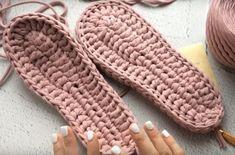 Papuci de cameră extraordinari cu talpă dublă din fire de croșetat! - Pentru Ea Hand Gloves, Mitten Gloves, Crochet Gloves, Knit Crochet, Sewing Patterns, Crochet Patterns, Shoe Pattern, Knitted Slippers, Crochet Squares