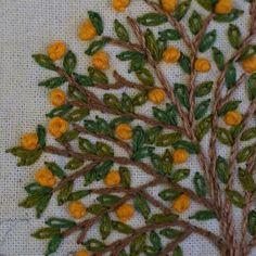Kumquat, Naranjo chino... Jardín campestre, detalle. Bordado a mano, Taller de Bordado Rococó, Santiago de Chile. #bordar #bordado #bordadoamano #bordadoenrealce #embroidery #embroidered #nature #naturaleza #aromo #dmc #tallerrococo #chile #kumquat