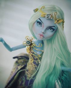 *ARTIST UNKNOWN* I love the fierce look of determination in her eyes complimented by her stunning outfit and bright hair Custom Monster High Dolls, Monster Dolls, Monster High Repaint, Custom Dolls, Monster High Collection, Bjd, Pokemon Dolls, Monster High Characters, Gothic Dolls