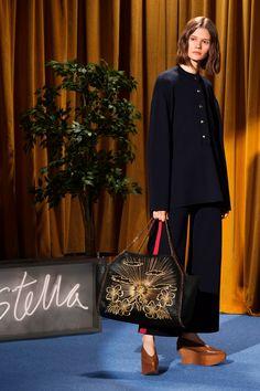 The complete Stella McCartney Resort 2018 fashion show now on Vogue Runway. B Fashion, Fashion Books, Fashion Week, Editorial Fashion, Runway Fashion, Vintage Fashion, Fashion Design, Vogue Paris, Stella Mccartney