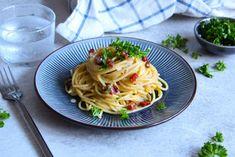 Spaghetti carbonara er en italiensk klassisker der smager helt fantastisk. Heldigvis er det både nemt og lækkert at lave - og det kræver kun gode råvarer. Spaghetti, Lisa, Ethnic Recipes, Food, Essen, Meals, Yemek, Noodle, Eten