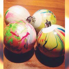 Kerstbollen met marmertechniek.  Nagellak op water doen en met stokje eventueel inroeren en dan kerstbol in water duwen