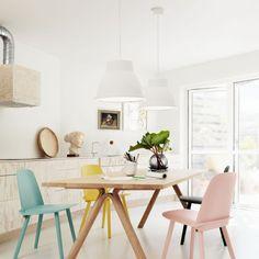 design scandinave salle à manger féminine avec chaises pastel