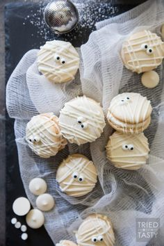 Mummy Macs {Vanilla Bean French Macarons} // Be the hit of your holiday party with these adorable mummy French macarons. Made with a classic vanilla bean cookie sandwiched together by the most delicious light & fluffy vanilla bean buttercream frosting! Halloween Desserts, Halloween Macaroons, Halloween Food For Party, Halloween Cupcakes, Halloween Treats, Halloween 2017, Macaroon Recipes, Dessert Recipes, Holiday Treats