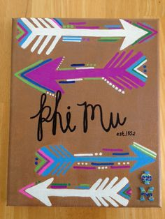 Phi Mu Painted Canvas by AllisonLeighDesigns on Etsy I like the arrows Gamma Sigma Sigma, Alpha Omicron Pi, Gamma Phi Beta, Zeta Tau Alpha, Delta Zeta, Phi Mu Crafts, Sorority Crafts, Sorority Canvas, Sorority Life