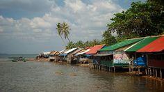 Les petits restos servant le crabe et autres produits de la mer à #kep #cambodge. Pour en savoir plus: https://voyager-au-cambodge.com/sites-a-visiter/kep-sur-mer