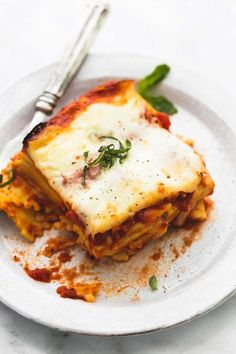 Easy and simple slow cooker ravioli lasagna made right in your crockpot with frozen cheese ravioli and garlic basil marinara sauce is an easy dump it and forget it meal your family will love. Slow Cooker Lasagna, Slow Cooker Pasta, Slow Cooker Recipes, Crockpot Recipes, Cooking Recipes, Crockpot Dishes, Oven Recipes, Yummy Recipes, Dinner Recipes