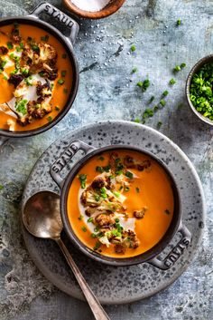 Red pepper & tomato soup with roasted cauliflower vegetarian recipes, c Healthy Soup Recipes, Real Food Recipes, Cooking Recipes, Chili Recipes, Vegetarian Soup, Vegetarian Recipes, Cocina Light, Roasted Cauliflower, Cauliflower Soup