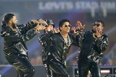 Bruno Mars et ses danseurs en total look Versace lors du Super Bowl le 7 février 2016