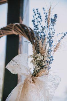 Φωτογράφιση Γάμου: PP Wedding Photography Ξύλινο στεφάνι με κλαδιά λεβάντας & στάχυα Φωτογράφιση Γάμου:PP Wedding Photography| Λουλούδια Γάμου:Gallerie de Fleur *Από το γάμοτηςΠαρασκευής & του Γιώργου