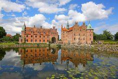 Egeskov Fynin saarella Tanskassa on hyvin säilynyt renessanssilinna. Nykyinen päärakennus on vuodelta 1554. Mansions, House Styles, Home Decor, Decoration Home, Manor Houses, Room Decor, Villas, Mansion, Home Interior Design