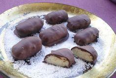 Σοκολατάκια bounty. Σοκολατάκια με γεύση ινδικής καρύδας που θα ξετρελάνουν! Chocolate Sweets, Chocolate Caramels, Chocolate Truffles, Sweet Corner, Oreo Pops, Greek Recipes, Confectionery, Finger Foods, Cheesecake