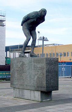 """Leeuwarden - Het monument """"Elfstedenrijder"""" met alle winnaars van de Elfstedentochten op de schaats"""
