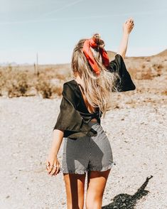 Change your hair style and change your mood.Here we collected 52 chic hairstyles with headscarves. Foto Fashion, Fashion Moda, Chic Hairstyles, Scarf Hairstyles, Estilo Preppy, Cool Girl Style, Foto Casual, Preppy Style, Summer Looks