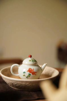 Most people like this tasteful and hand painting teapot. Chinese Tea, Chinese Style, Herbal Tinctures, Herbalism, Tea Etiquette, Zen Tea, Golden Fish, Teapots Unique, Tea Culture