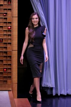 In Stitches from Fashion Police Hailee Steinfeld's black midi dress for her appearance on The Tonight Show looks like it was stitched together haphazardly with random scraps of fabric. Hailee Steinfeld, Hollywood Fashion, Jennifer Lawrence, Long Dresses, Robes Christian Dior, Black Midi Dress, Bustier, Celebs, Haute Couture