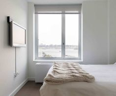 最低限必要な物はベッドとテレビ、ミニマリストベッドルームのアイデア