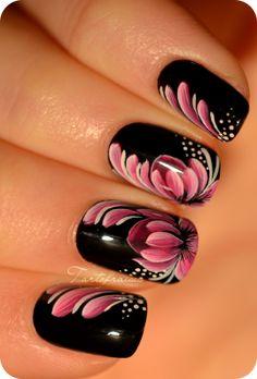 Black nails with pink and white lotus flower nail art | Tartofraises |http://www.nail-art.fr/nail-art-zhostovo-fleur-de-lotus/