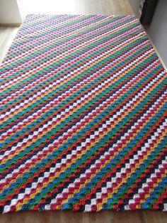Preciosa manta de crochet realizada en punto diagona. Tutorial muy bien explicado.