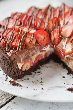 Torta de morango e chocolate Chocolates Gourmet, Gourmet Desserts, Dessert Recipes, Tart Recipes, Cheese Recipes, Sweet Recipes, Chocolate Lasagna, Chocolate Cheese, Easy Lasagna Recipe