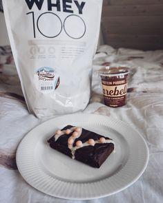Endnu en lækker protein-kage med barebells chokolade pudding! Denne gang blev den lidt mere svampet end sidst 😍👌🏼 Fav Whey Chocolate Vanilla icecream blev også brugt i #brownies, og den blev toppet med hvid chokolade zerotopping og barebells protein crisps 🙌🏼 #brownie #opskrift #proteinpudding #bodylabdk #fitfamdk #dk #bodylab #crisp